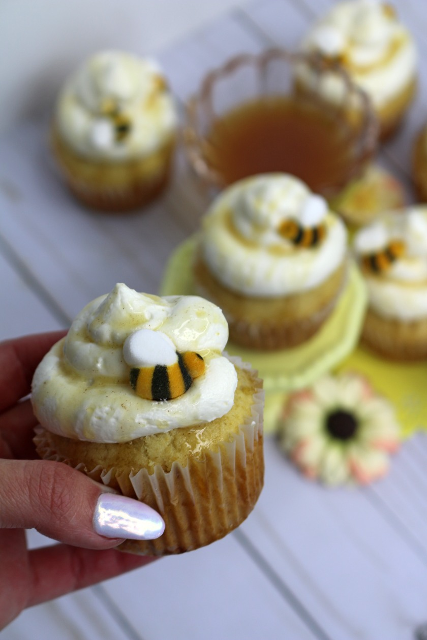 hand-cupcake